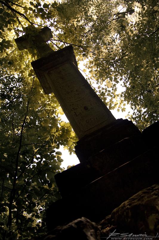 Pieskowa Skała. Niewielka kapliczka ukryta przed wzrokiem ciekawskich nieopodal zamku.